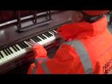 Рабочий удивляет публику своими навыками игры на пианино