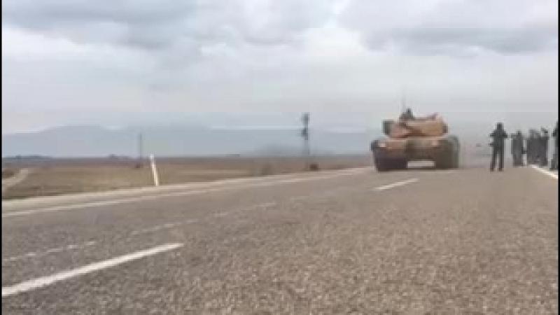 Турецкие танки движутся в сторону границы с Сирией