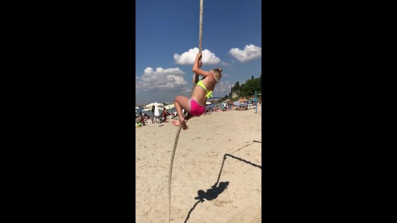 мечтает быть воздушной гимнасткой в цирке)
