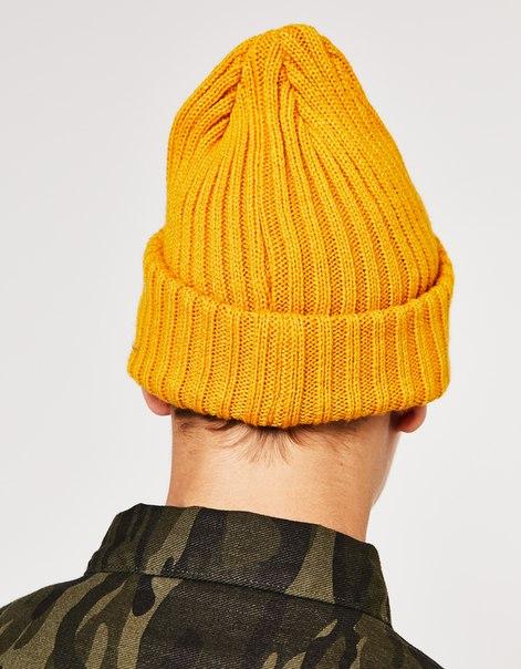 Вязаная шапка с вышитой нашивкой