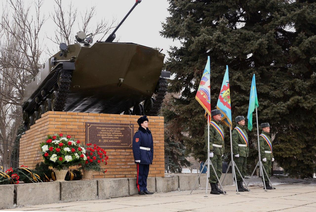 В Луганске торжественно открыли мемориал десантникам