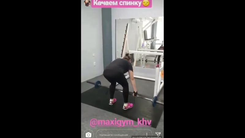 тренер показывает как качать спину