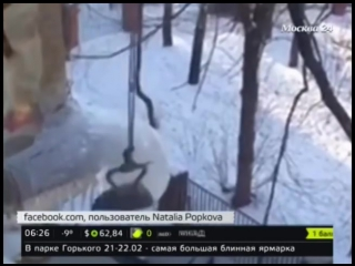 Москвичи научились сбивать сосульки утюгами.