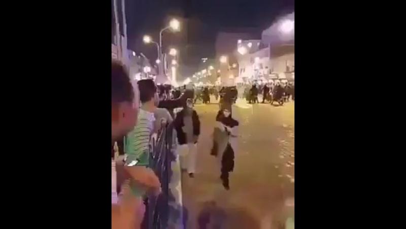 Протестующие закидывают камнями КСИР на мотоциклах