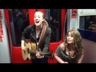 Американские крутые музыканты импровизируют в вагоне_street musicians