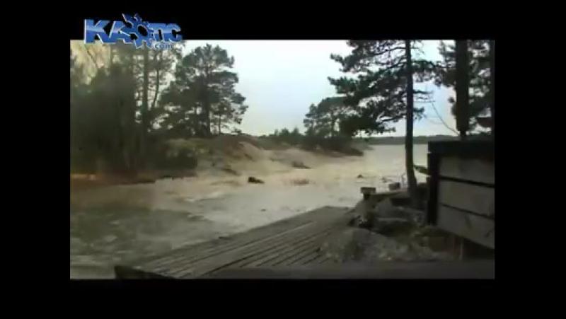 молния поподает в реку