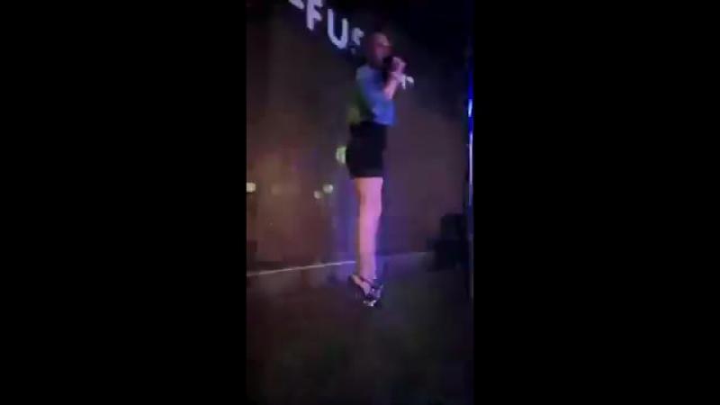 Лучшие песни для клуба в перескопе || как поют в клубе || певица || девушка поёт || голос