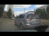 В Красноярске женщина-водитель вышла на «разборки», а от нее чуть не уехал ее внедорожник