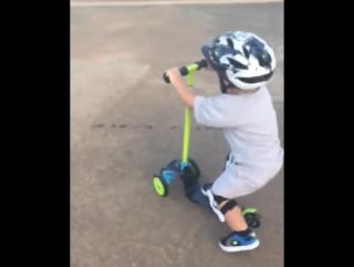 Малыш учится кататься на трехколесном детском самокате RAZOR T3