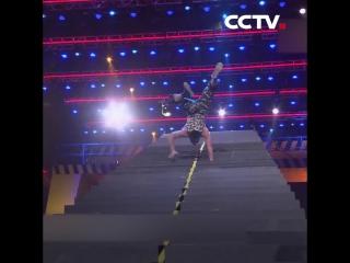 Подниматься и спускаться по лестнице для нас не сложно, а если вверх ногами?