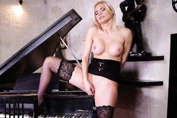 Чувственная мастурбация блондинки в элегантном белье у инструмента.