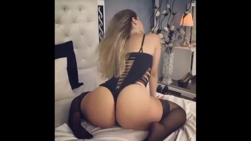 шикарные булки показала телка в чулках и корсете, попой крутит, тверк, ass booty dance