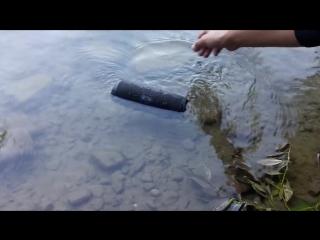 Погружение в воду портативной bluetooth колонки JBL Charge 3