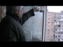 Я на балконе насыпаю семечки в кормушку