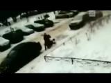 Снежная глыба упала на коляску в Петербурге