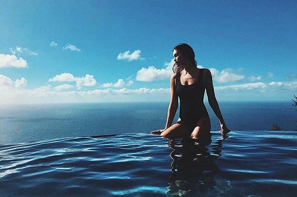 Ирина Шейк проводит время на побережье и делится в соцсети фотографиями в купальнике