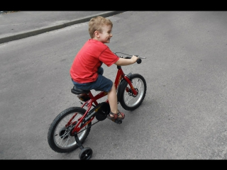мы учились кататься на велосипеде)))