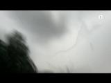 Мужчина решил снять на видео молнию