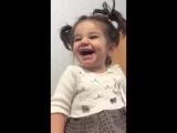 злобный смех маленькой девочки