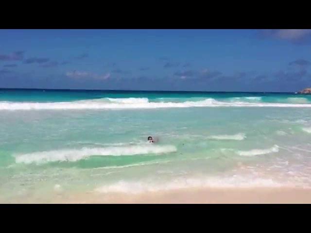 Сейшелы Купание в волнах дикого пляжа острова Ла Диг Пляж Анс Кокос Anse Cocos