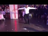 Брат танцует для сестрички👰😍Греческий танец