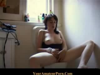 Девочка ласкает себя в туалете....))) Ммм... Как она сладко стонет...^_^