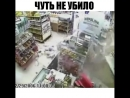 Чуть не убило США Нетрезвый водитель пробил стену супермаркета на своем авто чуть не убив продавца Продавец получил ушибы