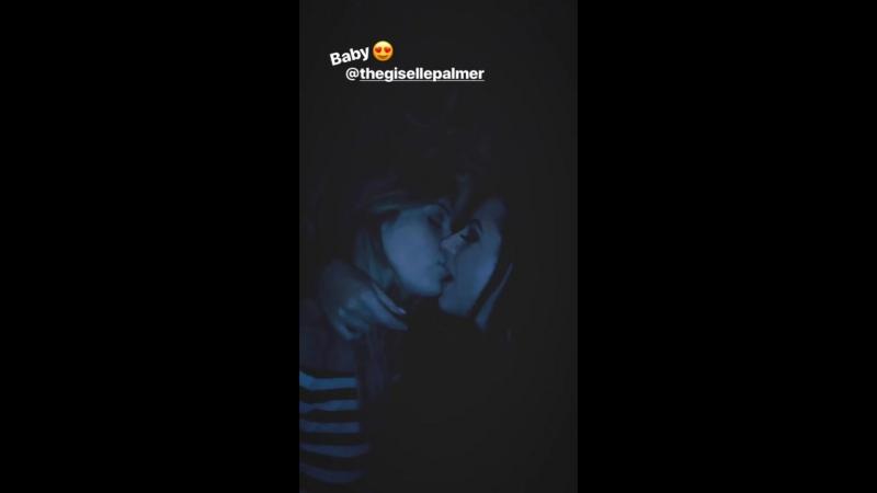 Angela White целуется с подругой на вечеринке, звезда порно модель