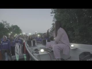 Концерт Манижи в лодке на фестивале Something