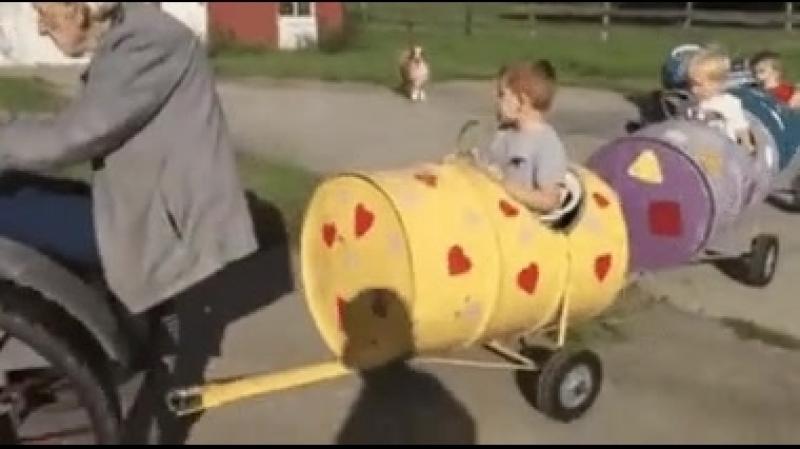 Дедушка сделал паровоз для внуков