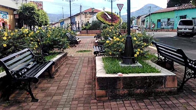 Entre el Reloj de Flores, Plaza de la Bandera, Monumento a los caídos del 44 y la Fuente de Centroamérica en Ahuachapán xD