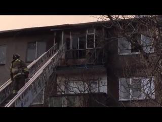 Донецк, Соколовского 2, жилплощадка. Обстрел зажигательными. Возгорание балкона на 5 этаже.