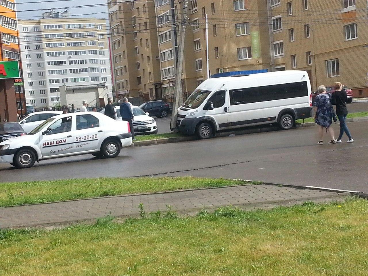 Фото: возле брянского университета маршрутка снесла столб
