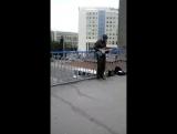Красноярец круто играет на гитаре на пешеходном мосту