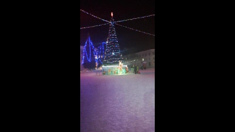 Такими огнями светится новогодняя елка в Новокуйбышевске.
