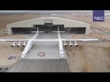 В США впервые выкатили из ангара самолет Stratolaunch, способный запускать ракеты-носители