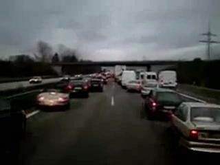Как пропускают автомобиль с мигалками в Германии