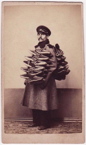 Эта фотография позапрошлого века нас изрядно удивила. Русский торговец