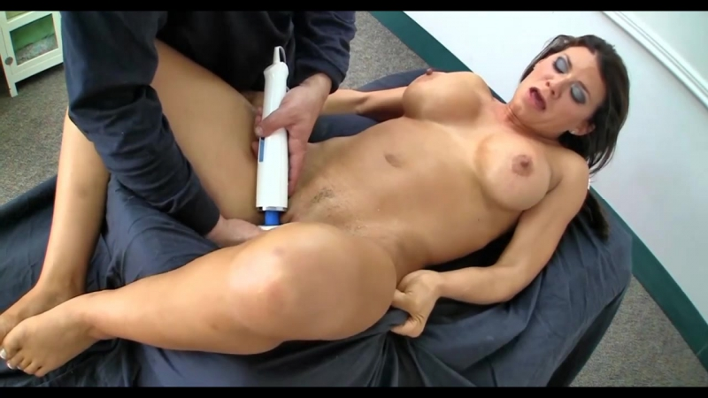 Массажист сделал маме массаж до оргазма и трахнул mature oil massage horn woman orgasm hot mom (Инцест со зрелыми мамочками 18+)