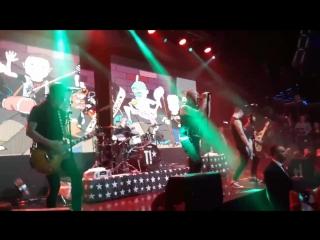 На концерте панк- рок группы ТАРАКАНЫ