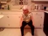 Бабуля классно танцует под музыку внучки
