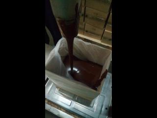 Наливается тертое какао.