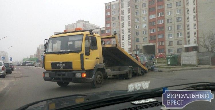 На Вульковской водитель пропускал пожарную автоцистерну, и снёс дорожный знак