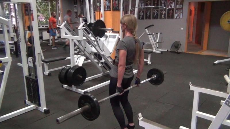 делаем тяги на заднюю дельту 40 кг на 10 раз