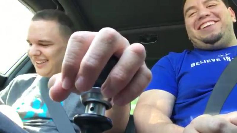 Отец и сын радуются совместной поездке