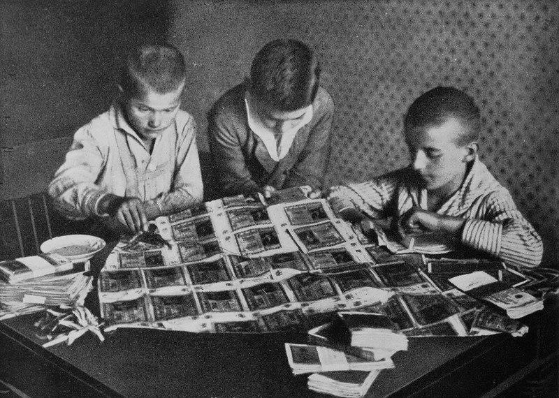 Дети мастерят воздушного змея из денег, ставших бесполезной бумагой из-за гиперинфляции.