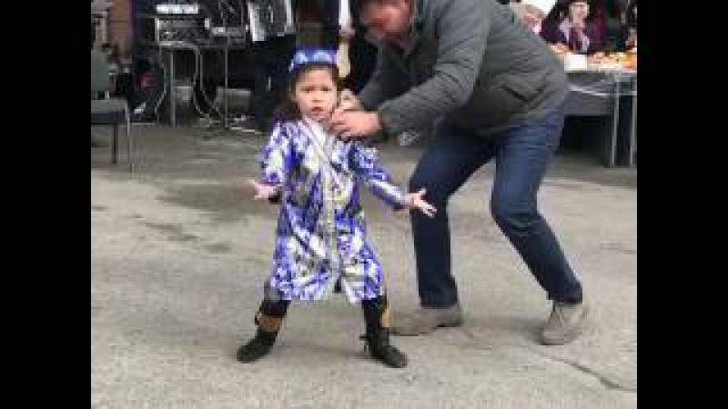 Кыргызская девочка танцует узбекский танец! Супер!