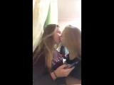 два роговых лесбиянки практикуют поцелуй на перископе 1
