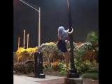Девушка на фонарном столбе