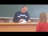 Преподаватель проверяет конспекты